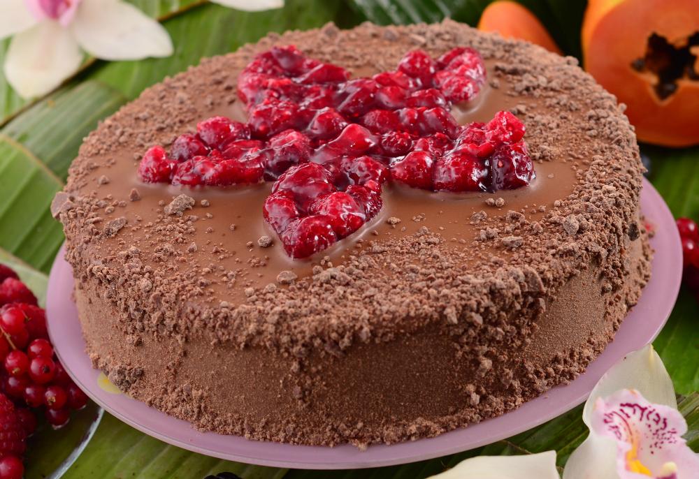 Бисквитена торта с малини и млечен шоколад
