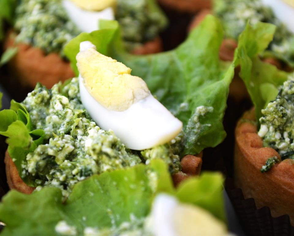 Тарталетки със спанак, синьо сирене и яйчен жълтък