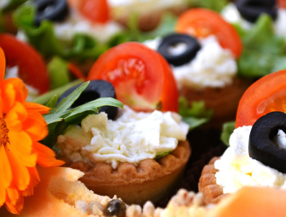 Тарталетки с мус от 4 вида сирена и чери доматки