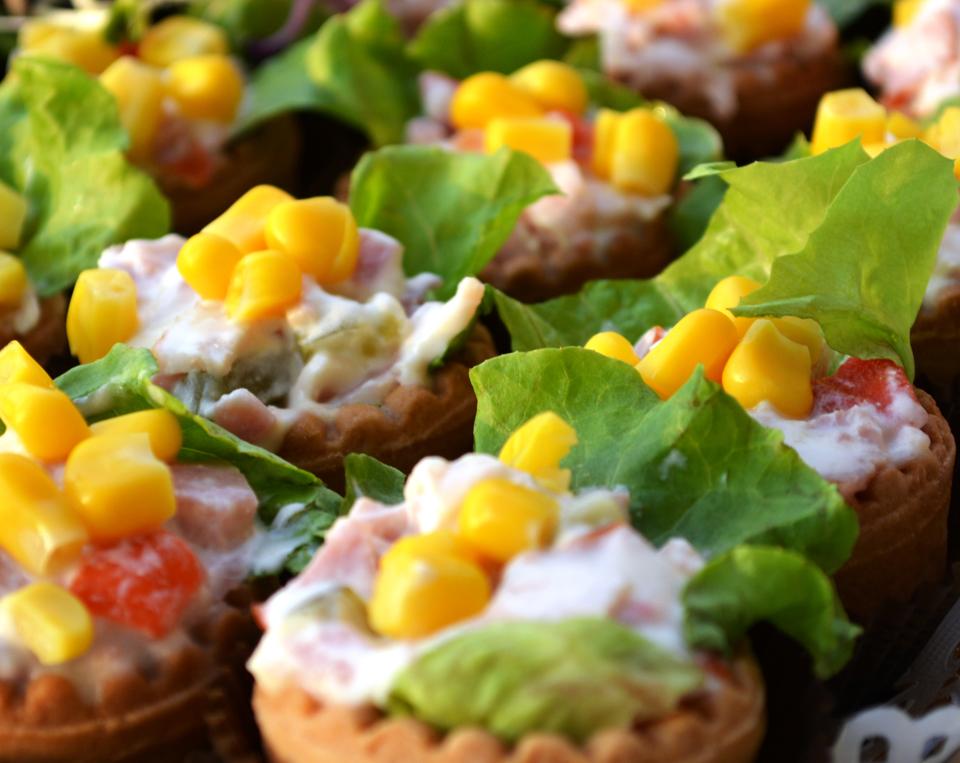 Тарталетки с филе и задушени зеленчуци в масло и копър