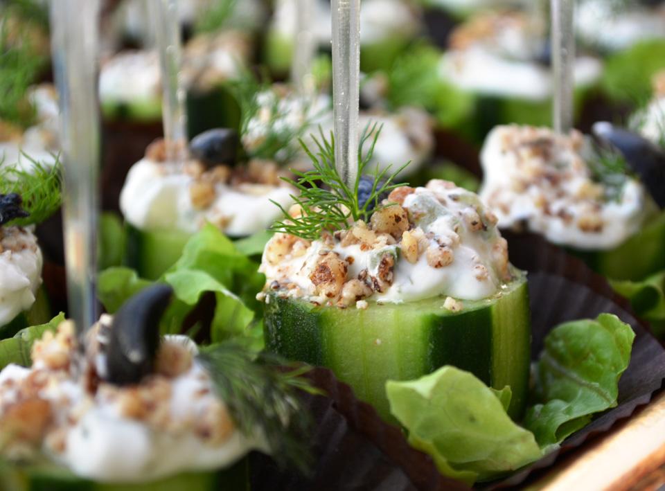 Пънче от прясна краставица с млечна салата