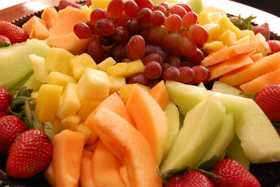 Плато от пресни сезонни плодове