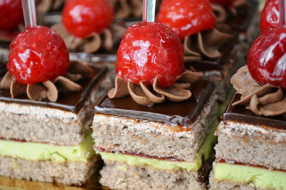 Шоколадови петифури с пистачио и малини