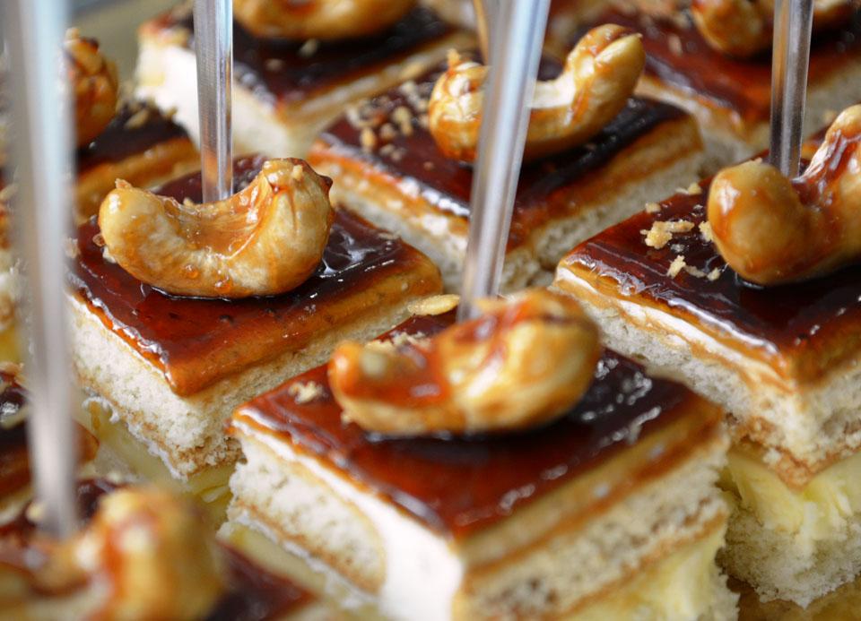 Бисквитени петифури с банани и карамел