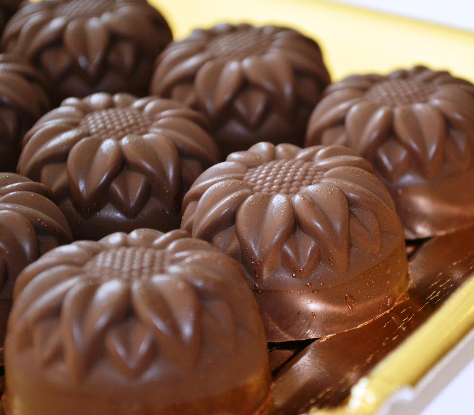 Бонбони от натурален шоколад с пълнеж от малини