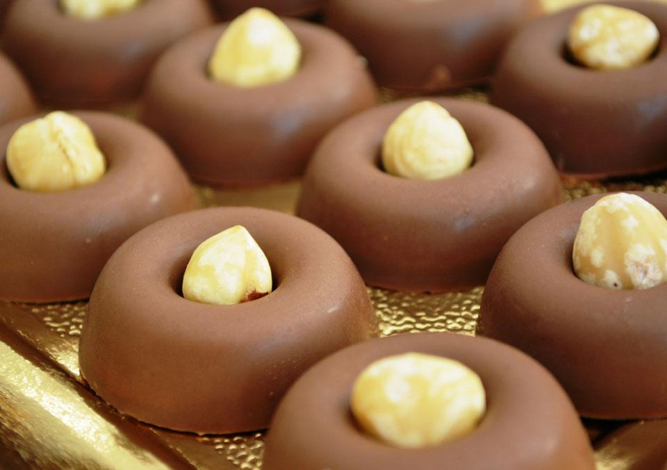 Бонбони от млечен шоколад с вкус на портокал и цял лешник