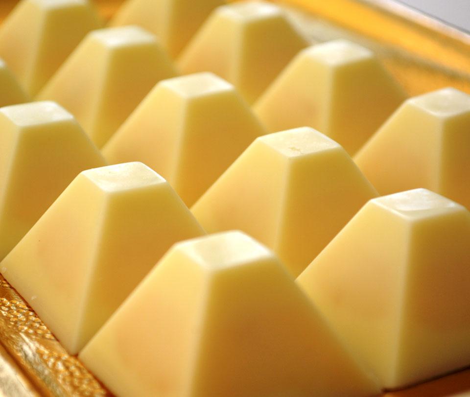 Бонбони от бял шоколад с плодов пълнеж и аромат на кайсия