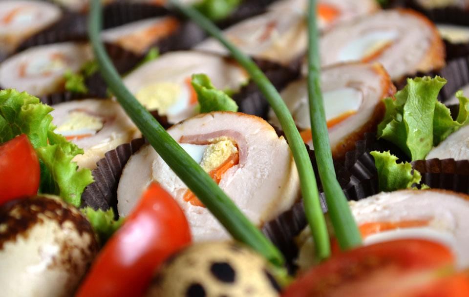 Пилешко руло с пъдпъдъчени яйца и морков