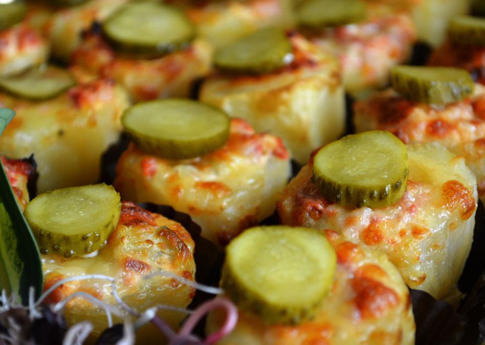 Пълнени бейби картофки с шунка, кашкавал и кисели краставички